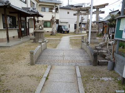 鼻川神社境内