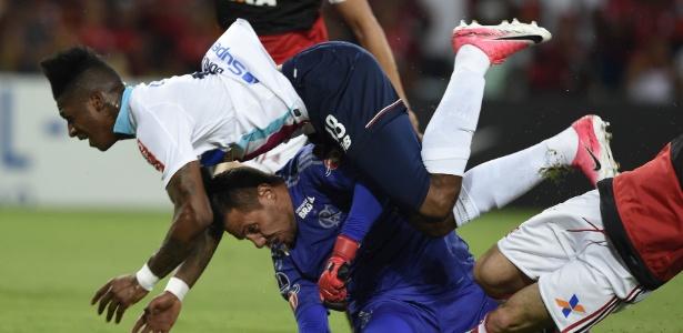Diego Alves se machuca após colisão com Yony González ... - Veja mais em https://esporte.uol.com.br/futebol/campeonatos/copa-sul-americana/ultimas-noticias/2017/11/23/diego-alves-se-lesiona-em-jogo-do-flamengo-e-e-substituido-por-muralha.htm?cmpid=copiaecola