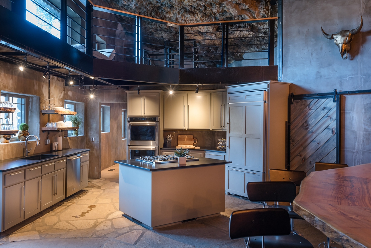 04-The-Beckham-Creek-Cave-Home-in-the-Ozark-Mountains-www-designstack-co