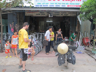 Explaining the chain problem to the bicycle shop owner
