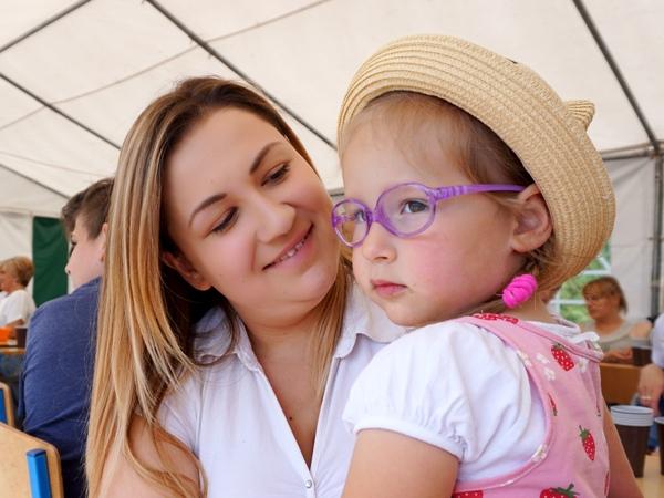 Zosia w lawendowych okularkach z mamą na festynie