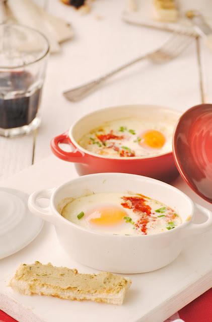 Huevos en cocotte con ajo negro y sobrasada