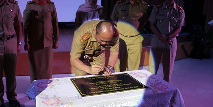 Kepala Bapenda (Kaban) Provinsi Jawa Barat, Dadang Suharto saat melakukan penandatanganan.