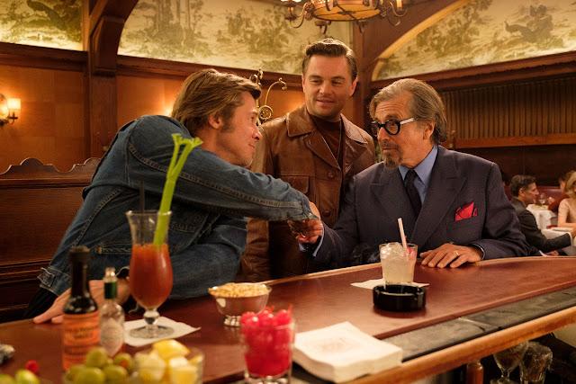 """DiCaprio e Pitt estampam pôster inédito de """"Era Uma Vez em Hollywood"""""""