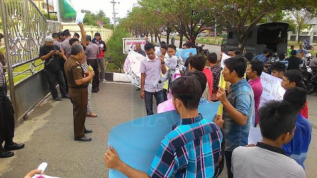 Usut Dugaan Korupsi di Gunong Kong, BARAK Demo Kantor Kajati Aceh