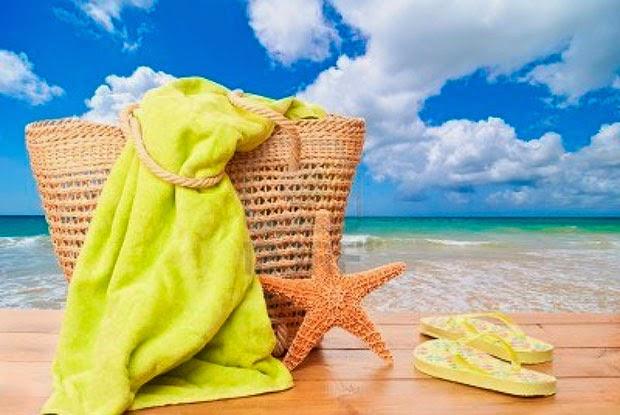 10 elementos que no pueden faltar en tu bolso de playa