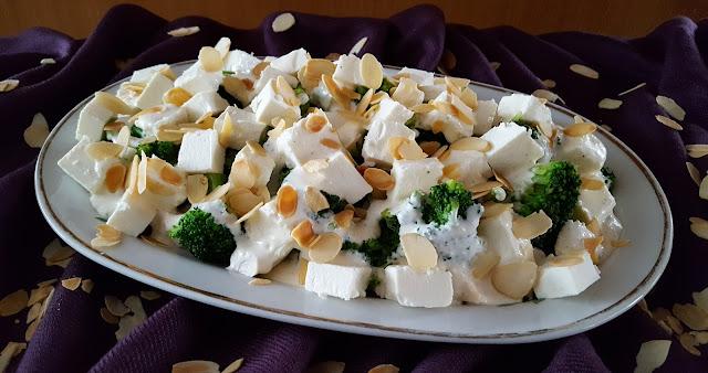 Sałatka z kurczakiem, brokułami i serem feta