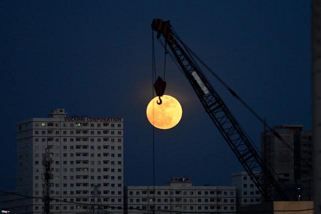Mặt Trăng trên bầu trời tại hướng từ cầu Thủ Thiêm về khu đô thị An Phú - An Khánh, Quận 2, TP.HCM. Hình ảnh: Thanh Tùng/Zing.vn.