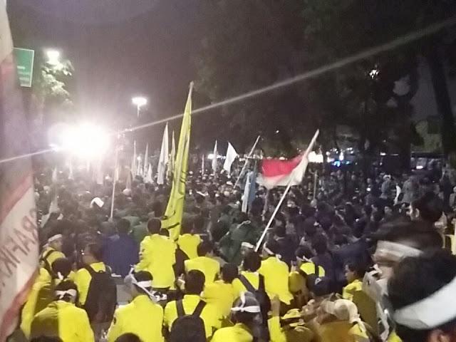 Presiden Jokowi Tak Mau Temui, Demo di Depan Istana Berakhir Chaos, 9 Mahasiswa Ditahan, Beberapa Luka-luka