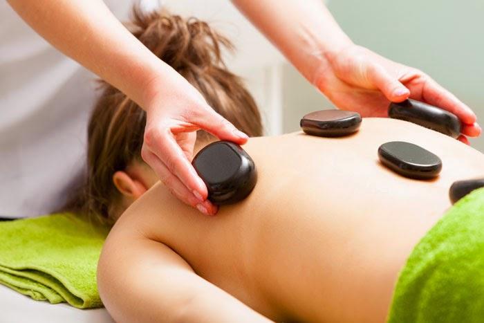 Beneficiile masajului cu roci vulcanice calde. Un nou tip de masaj pe care îl fac în Timişoara. Masajul spatelui