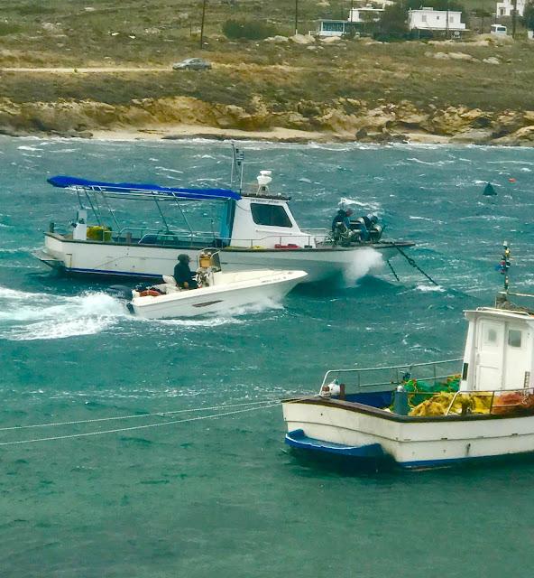 Έλληνες ναυτικοί-ψαράδες έκαναν τη διάσωση των ναυαγών του φορτηγού πλοίου «Little Seyma» στη Μύκονο