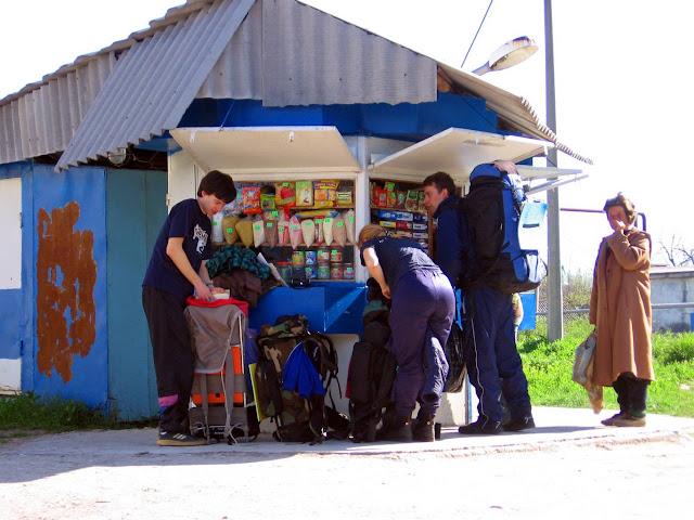 Крымские горы - мы возле киоска в селе Фронтовое