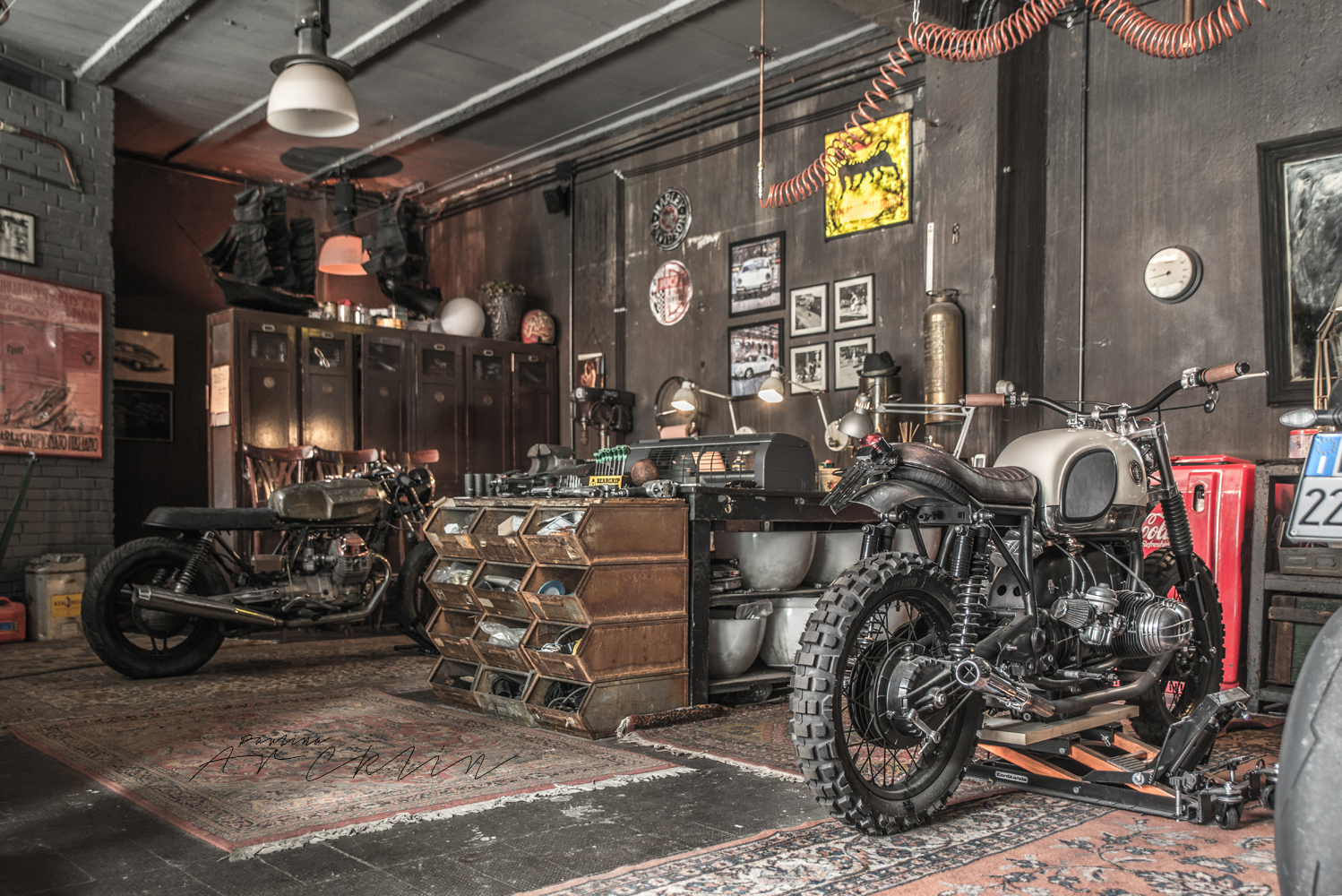 Motorbikes on the living room or like living room on the for Location garage moto