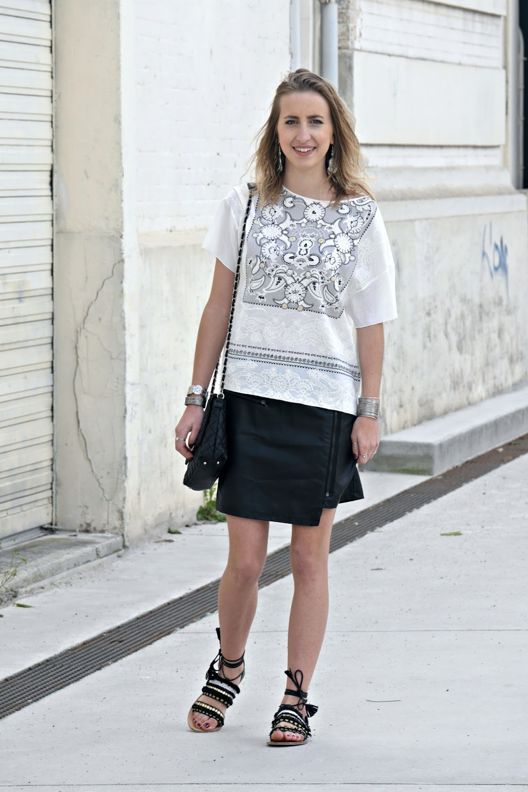 Blouse blanche et jupe en cuire