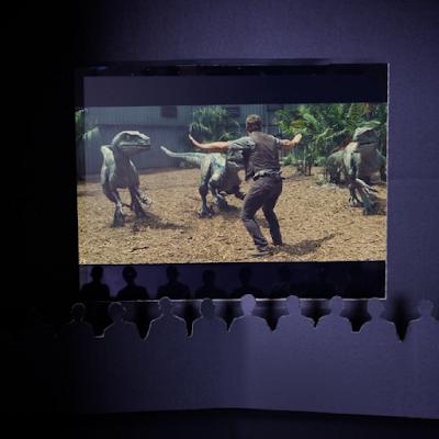 l'intérieur d'une boîte en carton servant à regarder des vidéos comme au cinéma.