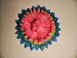 http://saranyajo.blogspot.com/2013/12/floral-wall-craft-with-paper-plates-and.html