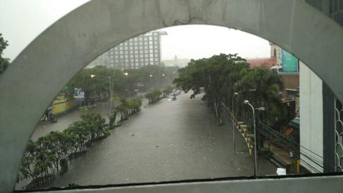 Hujan Deras, Jalan Pasteur Bandung Banjir bak Sungai dan Mobil Ikut Nyungsep