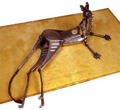 Un canguro con metal reciclado