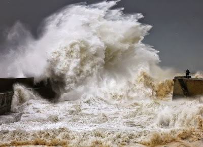Fotografo tomando una tormenta en el oceano.