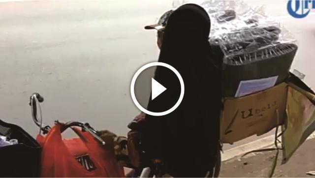 VIDEO: Mengharukan! Ibu Ini Harus Mencari Penghidupan Sambil Membawa Anaknya Di Atas Sepeda
