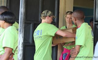 Misioneros distribuyendo Biblias
