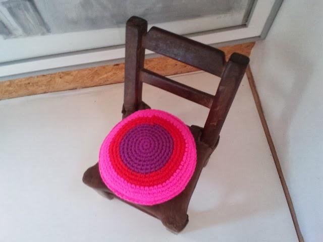 almohadon redondo tejido colordio crochet - Un detalle de color en un pasillo. Almohadón de crochet.