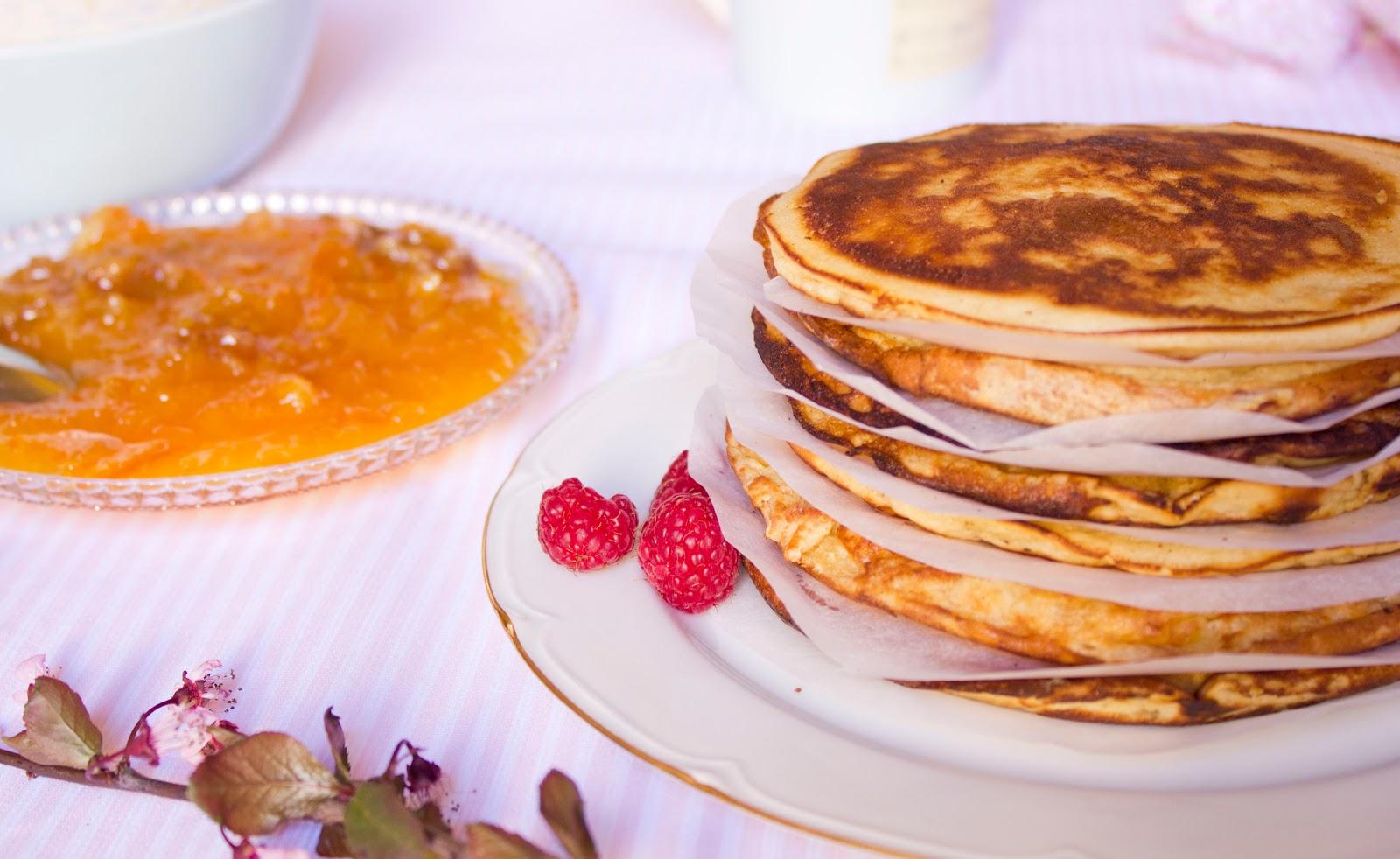 Pancakes y mermelada de naranja con nueces