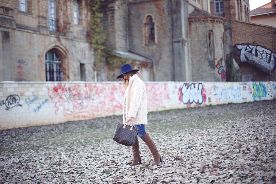 b66ab6516 Abrigo  Blanco. Jeans  El Corte Inglés. Bolso  Louis Vuitton. Sombrero y  jersey  Zara. Botas  Alma en Pena
