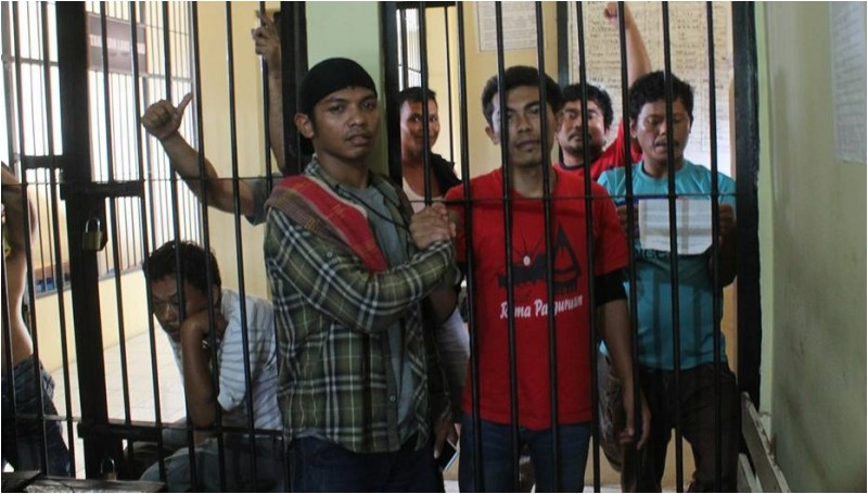 Sahat Safiih Gurning (kaos merah) di tahanan Polres Tobasa