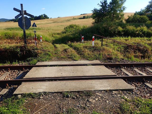 Jeden z najmniejszych przejazdów kolejowych w Polsce - na polnej drodze
