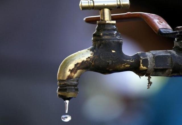 Χωρίς νερό από το Σάββατο τα χωριά της Καρυάς ως τη Χούνη - Γεμίζουν βαρέλια από πομόνες για να κάνουν μπάνιο