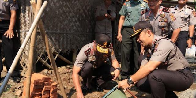 Polisi Bedah Rumah Milik Warga di Majalaya Karawang