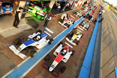 Carros da Fórmula Academy Sudam parados nos boxes