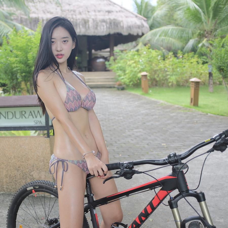 몰디브에서 비키니 입고 자전거 타는 신재은