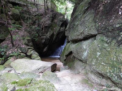 交野市・私市ハイキング 月の輪滝(つきのわのたき)