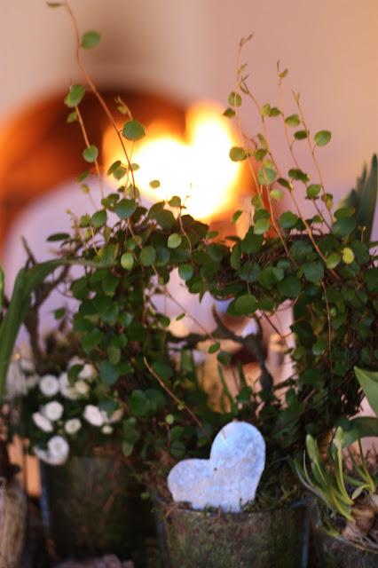 Kaminfeuer,. Eisblau und Leuchtrot, Winterhochzeit in den Bergen von Bayern, Riessersee Hochzeitshotel Garmisch-Partenkirchen, Winter wedding in Bavaria, Germany