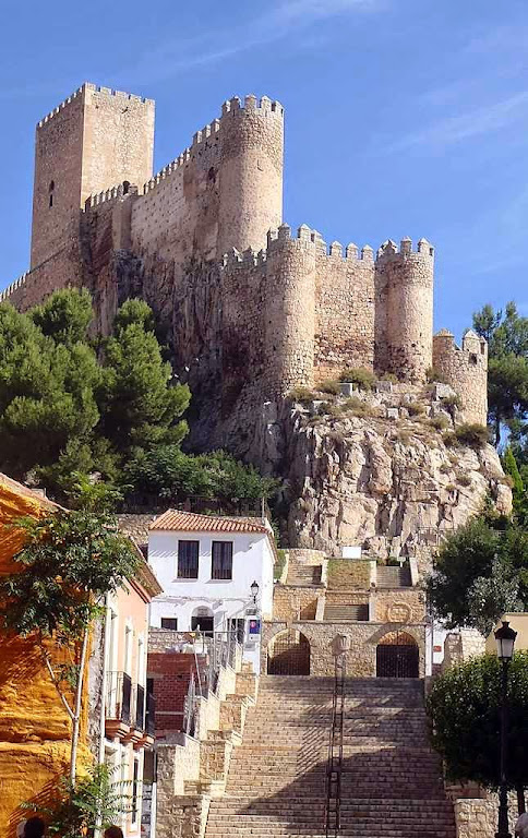 A torre incute a impressão de altaneria, dignidade e majestade
