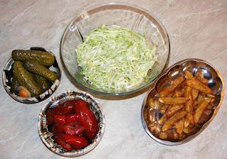 salata de varza proaspata, castraveti in otet, gogosari in otet, cartofi prajiti, salate si garnituri pentru fripturi, retete culinare,