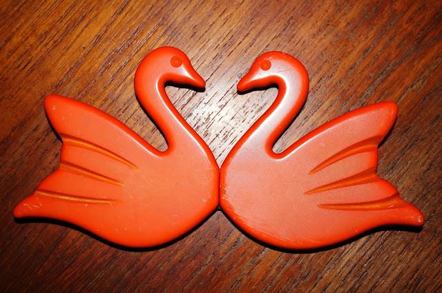 une boucle de ceinture cygne , j' hésite à la mettre en broche vintage swan buckle belt ( from the ??? )