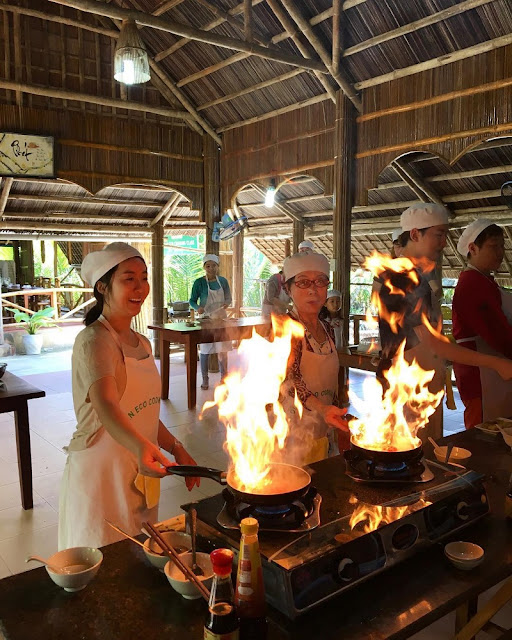Foreign tourists join a cooking class in Hoi An 1