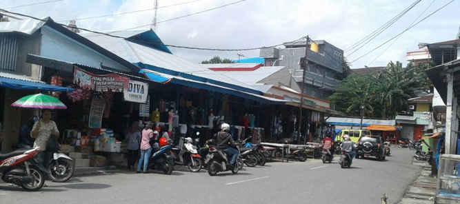 Wali Kota Tual, Adam Rahayaan saat blusukan di Pasar Tual menjanjikan akan merenovasi kembali Pasar Tual dengan baik.