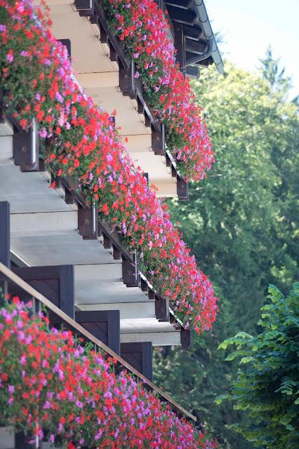 Geranie-Balkon, Trachtenhochzeit in den Bergen von Bayern, Riessersee Hotel Garmisch-Partenkirchen, Wedding in Bavaria