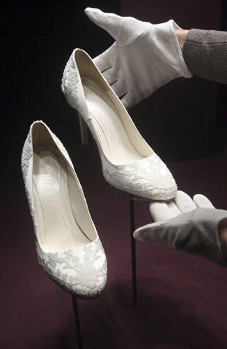 6d9cf53b0c Da questo week end e fino ad Ottobre sara'in mostra a Buckingham Palace il  famoso abito matrimoniale della Duchessa Kate,che ha fatto sognare piu' di  due ...