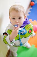 Niño disfrazado de Buzz Lightyear, personaje de la película Toys. Jardín Corazón de Melón, Roldán. Fotografía de Leticia Martiñena