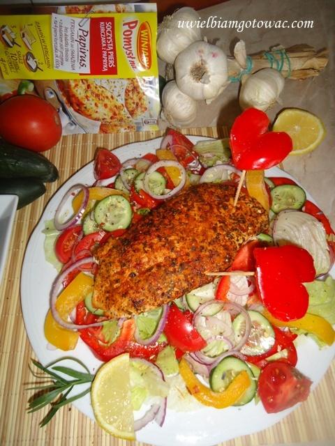 Paprykowy kurczak w PAPIRUSIE na lekkiej sałatce