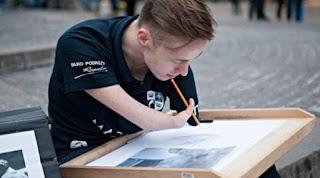 Pria Ini Menciptakan Lukisan Indah Tanpa Tangan