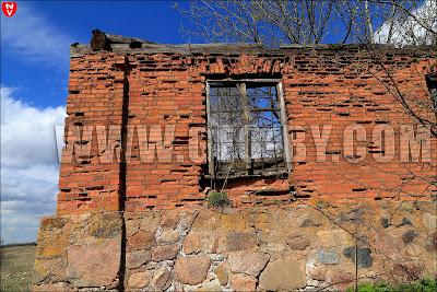 Родники (Козарезы). Руины усадьбы. Небо сквозь окно
