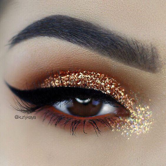 O glitter fica maravilhoso em makes, pois dão mais brilho e ousadia na maquiagem. Ele pode ser usado de várias formas na make. Por isso separei 5 opções de makes maravilhosas com glitter para você arrasar em qualquer lugar.