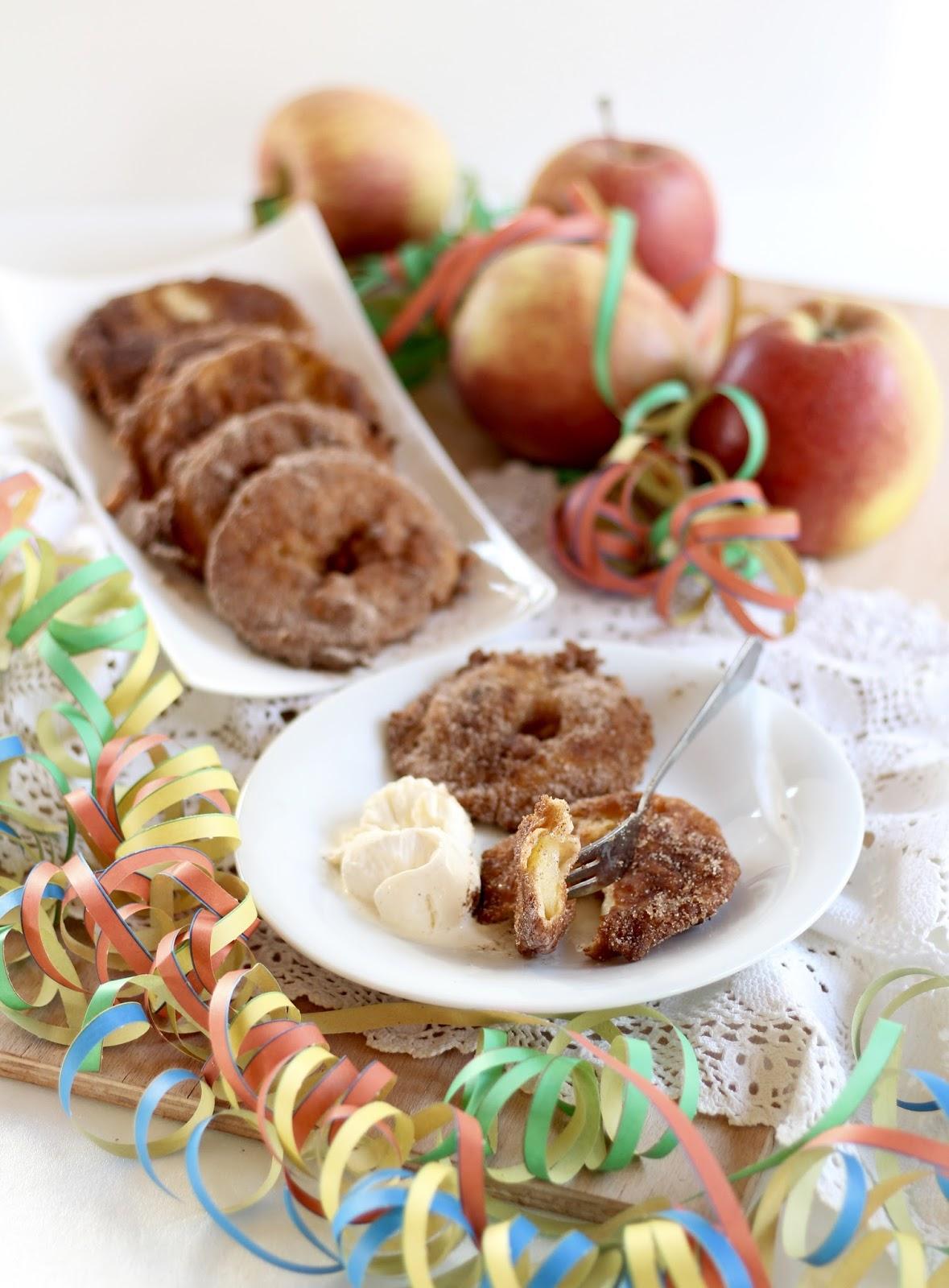 Apfelküchlein mit Vanilleeis und Zucker und Zimt