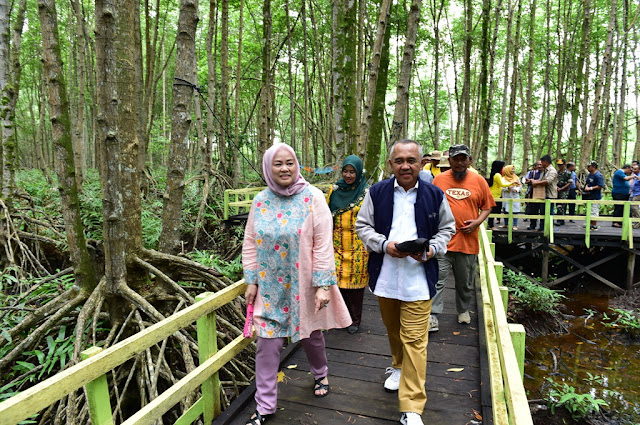 riau governor and wife visited magrove forest in Sungai Asam village, indragiri hilir regency, riau have many mangrove forest and many of them become tourism attraction for the citizen in Riau.